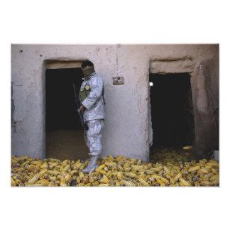 Un soldado iraquí del ejército comprueba un impresion fotografica