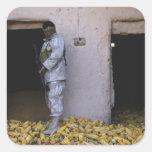 Un soldado iraquí del ejército comprueba un pegatina cuadrada