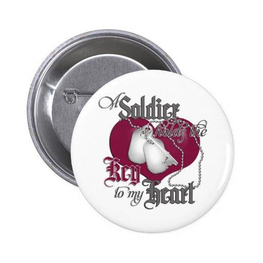 Un soldado lleva a cabo la llave a mi corazón pins