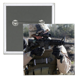 Un soldado mira con el alcance de la mañana - pin cuadrada 5 cm