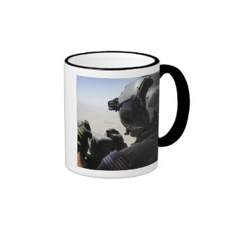 Un soldado proporciona seguridad taza de dos colores