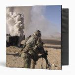 Un soldado reacciona a explos controlados