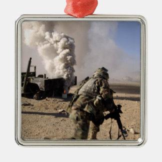 Un soldado reacciona a explos controlados ornato