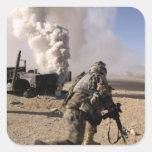 Un soldado reacciona a explos controlados calcomanía cuadradase