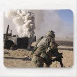 Un soldado reacciona a explos controlados alfombrillas de ratones