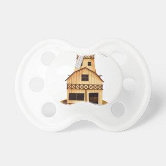 Un soporte del trofeo con una casa de madera chupete