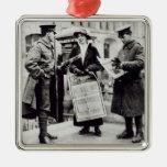 Un Suffragette que vende los periódicos a dos Ornamento De Navidad