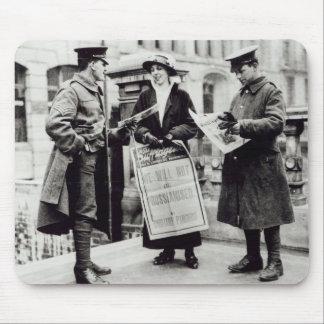 Un Suffragette que vende los periódicos a dos Alfombrillas De Ratón