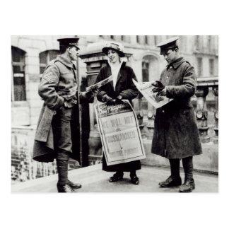 Un Suffragette que vende los periódicos a dos Postal
