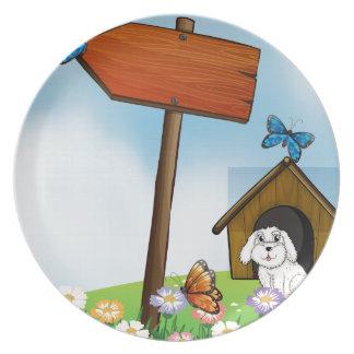 Un tablero de la flecha con las mariposas plato para fiesta