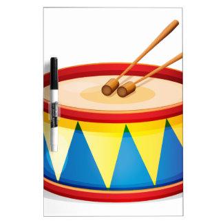 Un tambor grande del juguete pizarras