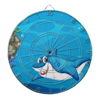 Un tiburón debajo del mar
