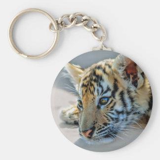 Un tigre de bebé lindo llavero redondo tipo chapa