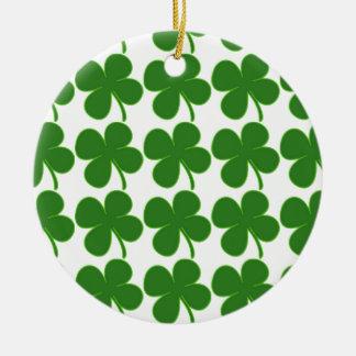 Un trébol verde afortunado adorno navideño redondo de cerámica