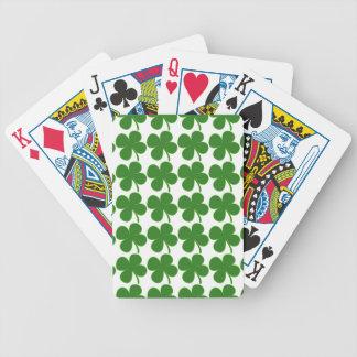 Un trébol verde afortunado baraja