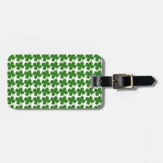 Un trébol verde afortunado etiquetas para maletas