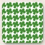 Un trébol verde afortunado posavaso