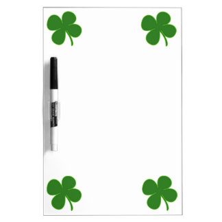Un trébol verde afortunado tableros blancos
