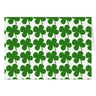 Un trébol verde afortunado tarjeta de felicitación