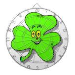 un trébol verde feliz para el día del patrics del  tablero dardos