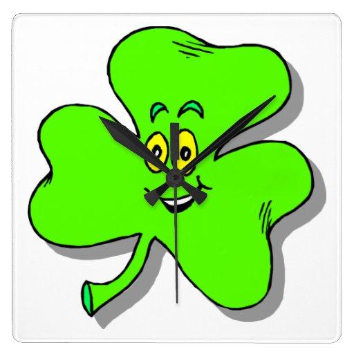 un trébol verde feliz para el día del patrics del  reloj