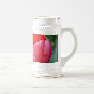 Un tulipán y otro sale de II Tazas De Café