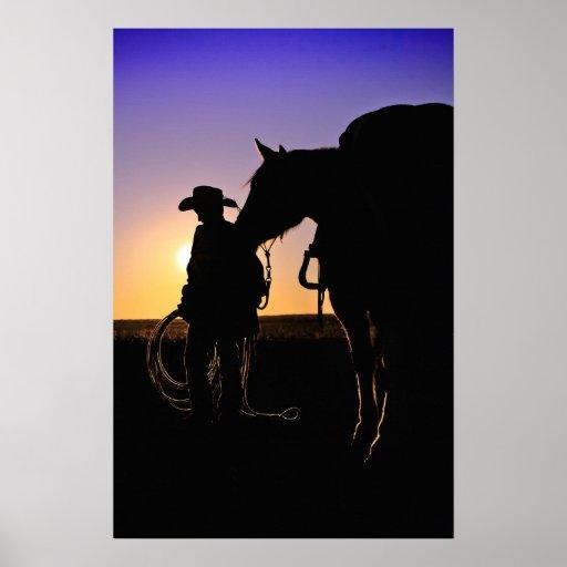 Un vaquero joven y su caballo posters