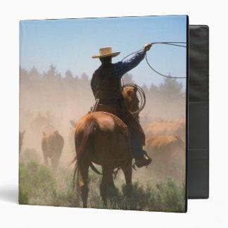 """Un vaquero que elabora la manada en ganado carpeta 1 1/2"""""""