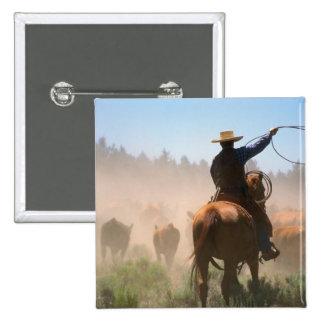Un vaquero que elabora la manada en ganado pin cuadrada 5 cm