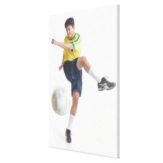 un varón latino joven lleva un jersey de fútbol am lienzo envuelto para galerias