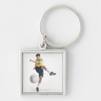 un varón latino joven lleva un jersey de fútbol am llavero cuadrado plateado