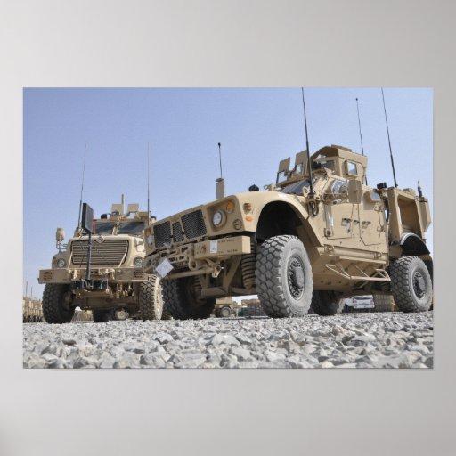 Un vehicl protegido emboscada resistente de la póster