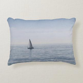 Un velero en un mar tranquilo cojín