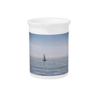 Un velero en un mar tranquilo jarra