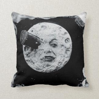 Un viaje a la luna (blanco y negro) cojín