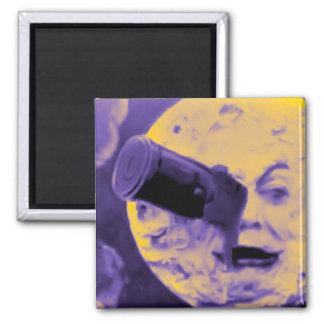 Un viaje a la luna (pelusa efervescente púrpura) imán de nevera