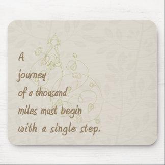Un viaje… Proverbio del zen Tapete De Ratones