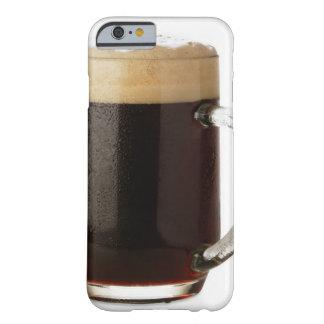 Un vidrio de cerveza oscura funda de iPhone 6 barely there