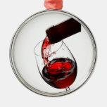 Un vidrio de vino rojo adornos de navidad