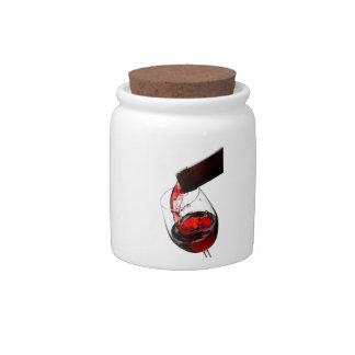 Un vidrio de vino rojo plato para caramelo