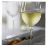 Un vidrio del vino blanco 2 azulejo cuadrado grande