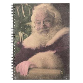 Un vintage real Papá Noel que comprueba hacia fuer Libretas Espirales