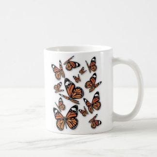 Un vuelo de mariposas taza clásica