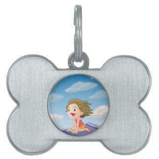 un vuelo del chica en la estera placa de mascota