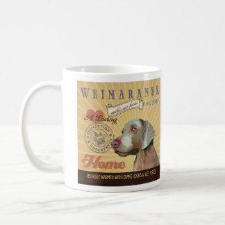 Un Weimaraner cariñoso hace nuestro hogar de la Taza De Café