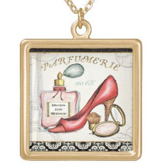 Un zapato rojo, una botella de perfume, y se colgante cuadrado