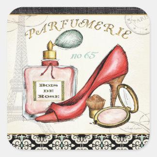 Un zapato rojo, una botella de perfume, y se pegatina cuadrada
