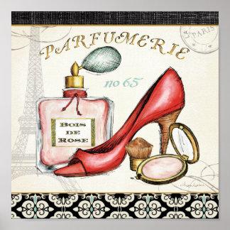 Un zapato rojo, una botella de perfume, y se póster