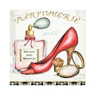 Un zapato rojo una botella de perfume y se rubor