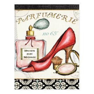 Un zapato rojo, una botella de perfume, y se tarjetas postales